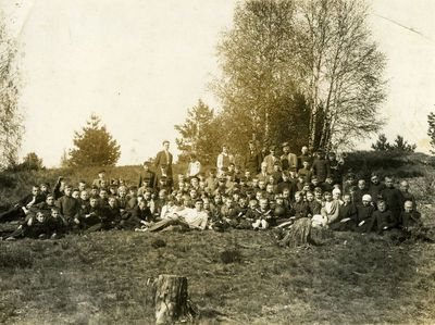 Vilkijos moksleiviai po miško sodinimo