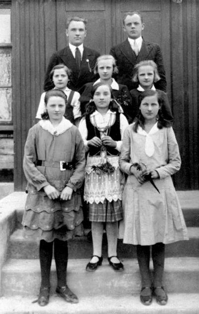 """Nuotrauka """"Kaimynų k. Musninkų valsčiaus pradžios mokyklos moksleivės ir mokytojai"""""""