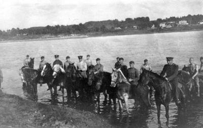 """Nuotrauka """"Kauno II-os pėstininkų divizijos štabo veterinarijos kariai maudo arklius Nemune"""""""