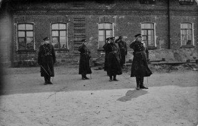 """Nuotrauka """"Karininkai prie kareivinių Marijampolėje"""""""
