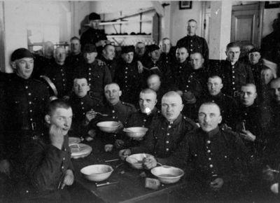 """Nuotrauka """"Lietuvos kariuomenės kareiviai valgo kariuomenės valgykloje"""""""