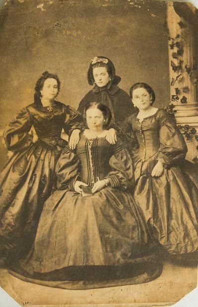 """Nuotrauka """"Nežinomo dvaro moterų grupinis portretas"""""""