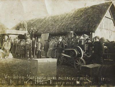 """Nuotrauka """"Veselkiškių ir Mūrdvario kaimų ūkininkai prie kuliamosios mašinos"""""""