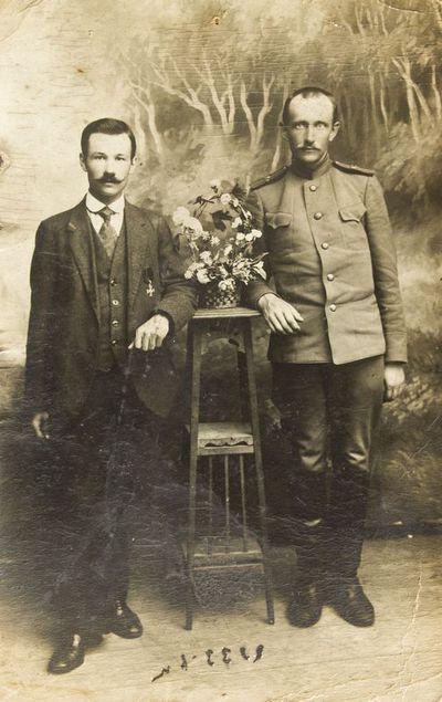 """Nuotrauka """"Sintautų miestelio pašto viršininko Jono Rokico ir jo draugo mokytojo Juozo Dėdino grupinis portretas"""""""