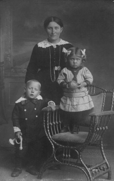 Klaipėdos apskrities Gropiškių kaimo  ūkininkė Elzė Karalienė su vaikais