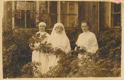 Slaugės ir seselė prie ligoninės I-ajame Alytuje