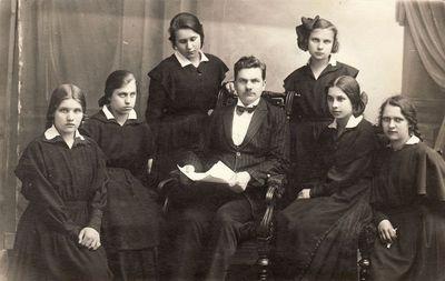 Mykolas Karka su mergaičių ansambliu