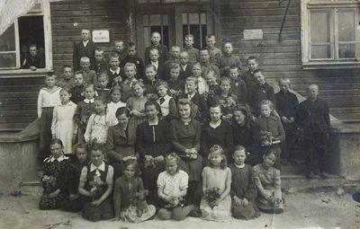 """Nuotrauka """"Pradžios mokyklos mokiniai prie mokyklos"""""""