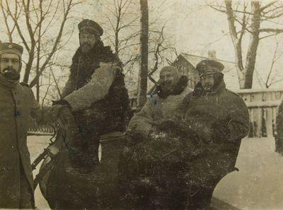 """Nuotrauka """"I–ojo pasaulinio karo metais vokiečių kareiviai važiuoja rogėmis Skaudvilėje"""""""