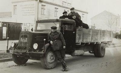 """Nuotrauka """"Sunkvežimis su vairuotoju ir keleiviais Kauno miesto gatvėje"""""""