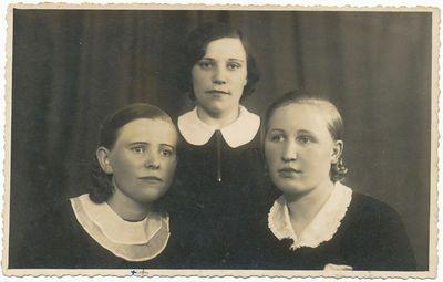 Marcelė Stukšienė (kairėje) su draugėmis