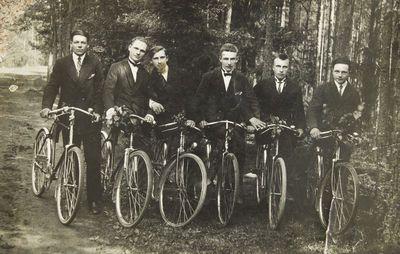 """Nuotrauka """"Žiobiškio kaimo jauni vyrai su dviračiais"""""""
