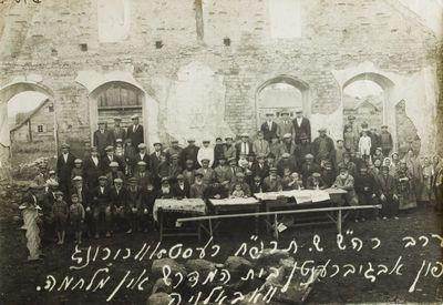 """Nuotrauka """"Vabalninko miestelio žydai prie sugriautos sinagogos"""""""