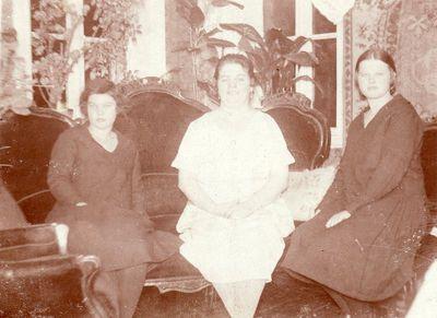 Zofija Litvin-Janušienė su dukromis Liūne ir Felicija