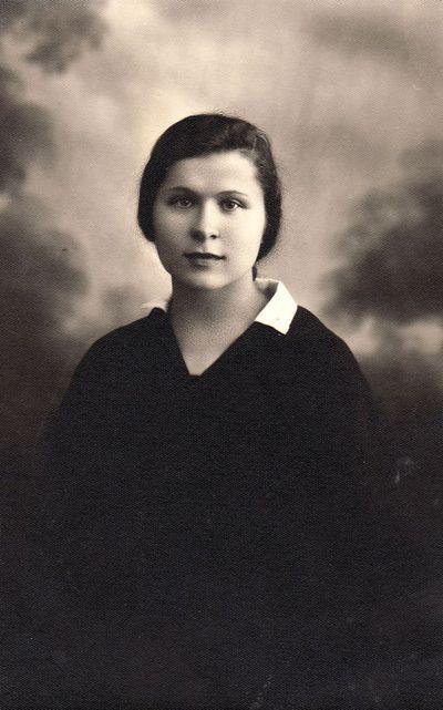 Panevėžio mokytojų seminarijos seminaristės Leokadijos Urbelytės portretas