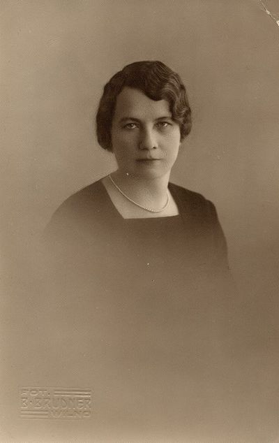 Marija Šlapelienė su perlų vėriniu