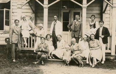 Laimutė ir Gražutė Šlapelytės Palangoje, mokytojų sanatorijos verandoje
