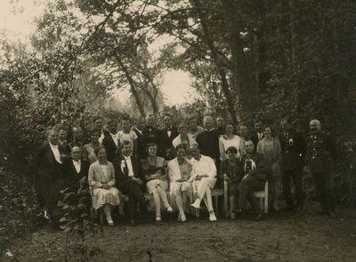 Antroji Laimutės Šlapelytės ir Kazio Graužinio sutuoktuvių diena Marciniškiuose. Jaunieji su svečiais