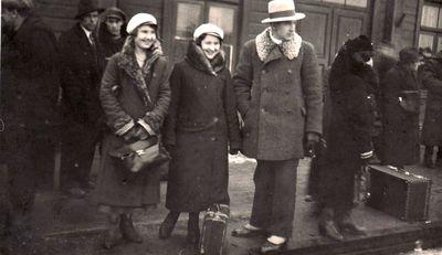 Pranciška Žalnieriūnaitė su draugais geležinkelio stotyje. Apie 1932–1935 m.