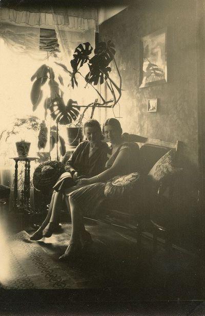 Laimutė Šlapelytė su drauge namuose, Pilies g.