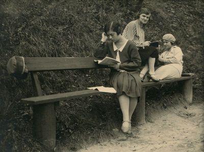 Gražutė ir Laimutė Šlapelytės su drauge mokosi Gedimino kalno papėdėje