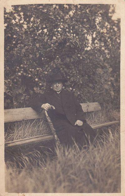 Nuotrauka. Poetas, kunigas  Maironis savo sode