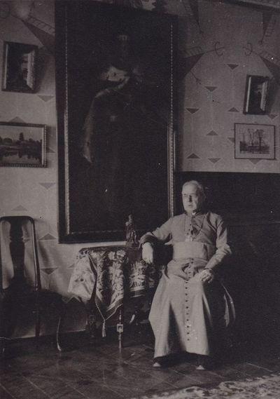 Nuotrauka. Poetas, kunigas  Maironis savo namuose