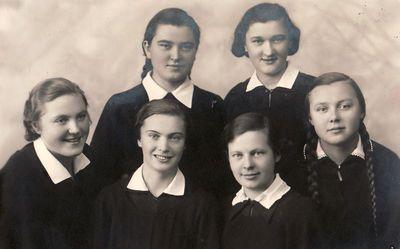 Šešios Panevėžio valstybinės mergaičių gimnazijos gimnazistės