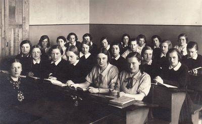 Panevėžio mergaičių gimnazijos moksleivės su istorijos mokytoja Ona Maksimaitiene. 1936 m.