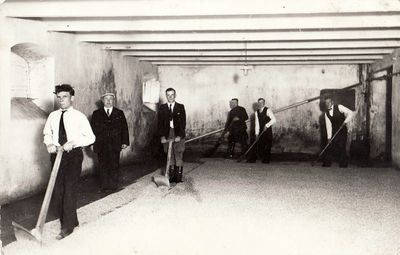 """Alaus daryklos """"Kalnapilis"""" darbininkai maišo salyklą. 1938 m."""