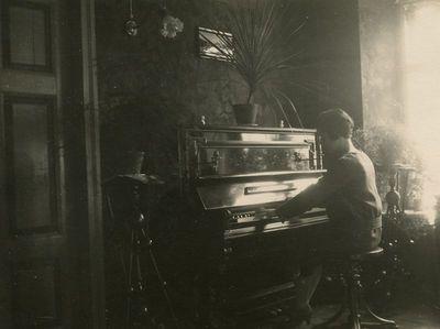 Gražutė Šlapelytė skambina pianinu savo namuose Pilies g.