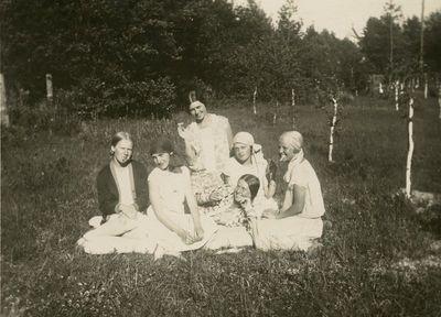 Laimutė ir Gražutė Šlapelytės su keturiom draugėmis Palangoje, pievoje