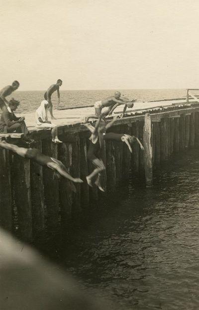 Jaunuoliai šoka nuo tilto