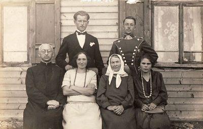 Elena Vasiliauskaitė-Žitkevičienė su vaikais ir jų šeimomis