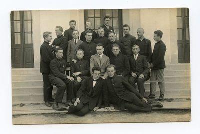Aloyzas Sirutis su Marijampolės mokytojų seminarijos II kurso studentais vaikinais