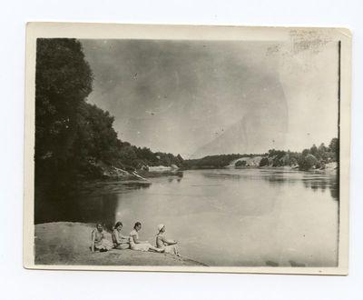 Gražutė Šlapelytė ant upės kranto su draugėmis