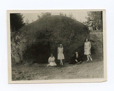 Gražutė Šlapelytė su draugais prie Puntuko akmens