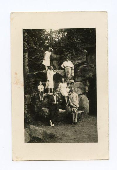 Gražutė ir Laimutė Šlapelytės su šeimos draugais Palangoje, prie Birutės kalno