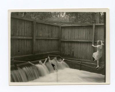 Gražutė Šlapelytė su draugėmis vandens kaskadose