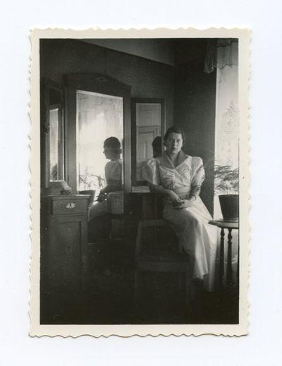Gražutė Šlapelytė prie veidrodžio  savo namuose Vilniuje