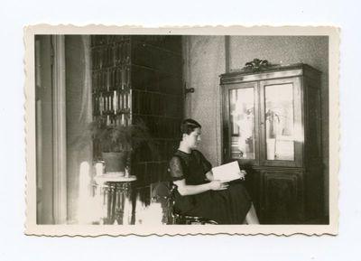 Gražutė Šlapelytė savo kambaryje skaito knygą