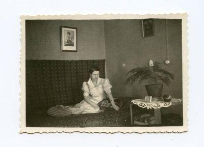 Gražutė Šlapelytė savo kambaryje ant lovos
