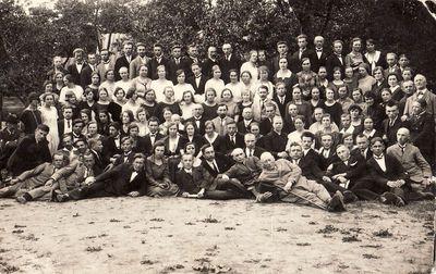 Būrys žmonių (Panevėžio miesto ir apskrities mokyklų mokytojai?)