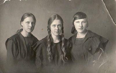 Panevėžio valstybinės gimnazijos gimnazistės Ona Žitkevičiūtė bei Aleksandra ir Felicija Šilgalytės