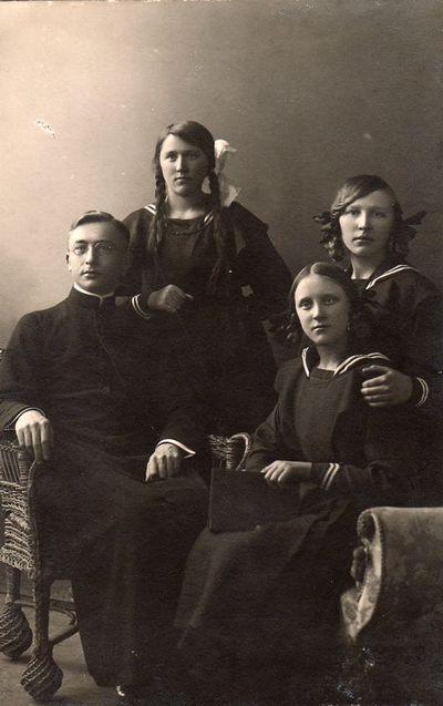 Paulina Žitkevičiūtė su broliu kunigu Jurgiu bei brolio Rapolo žmonos Marijos seserimis Aleksandra ir Felicija Šilgalytėmis