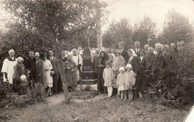 Iškilmių dalyviai prie Domininko Žitkevičiaus kapo Palaukių kaimo kapinėse paminklo šventinimo proga
