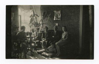 Visa Šlapelių šeima savo namuose Pilies g.
