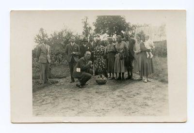 Kazys ir Laimutė Graužiniai su dukrele vieši draugų sodyboje