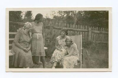 Gražutė Šlapelytė  ir trys moterys Palangoje