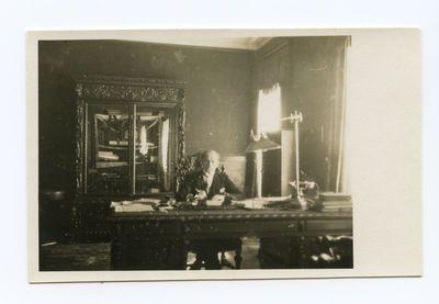 Kazys Graužinis savo darbo kabinete